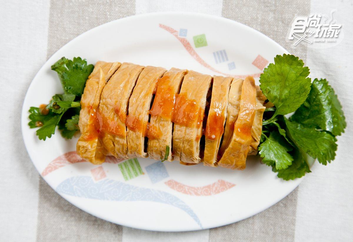 礁溪八寶冬粉,香菜腐皮捲是店裡必點人氣小菜。