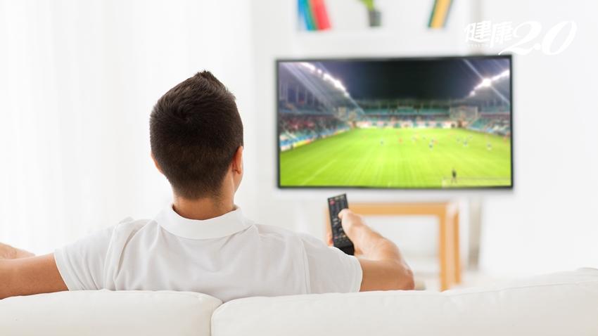 瘋世足要注意!坐著看電視逾1小時 心血管致死風險大