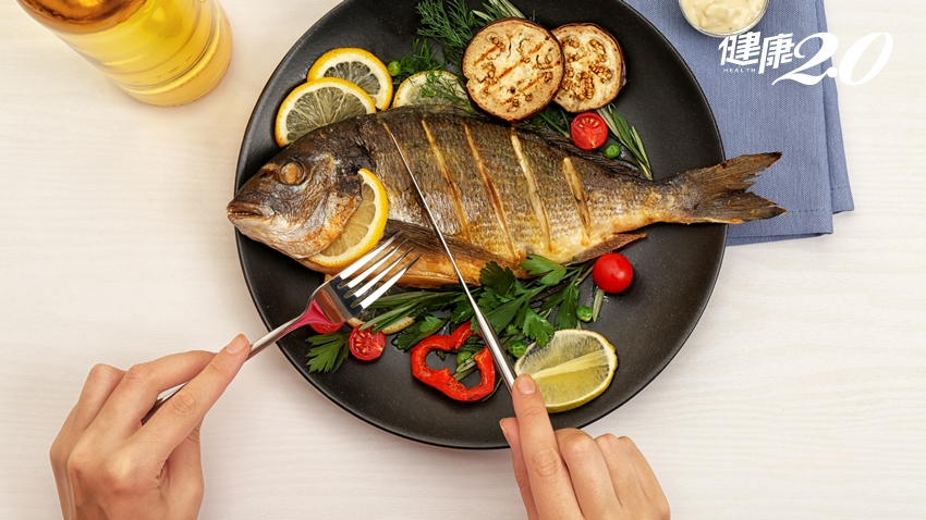 女性吃魚好處多!研究:每週吃2次解除憂鬱、降乳癌風險