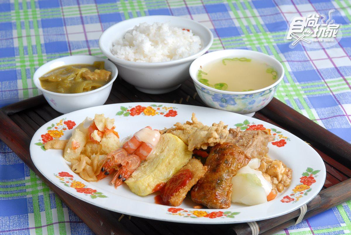有著多樣配菜的快餐,都是店家當天製作,吃的是數十年不變的和風傳統滋味