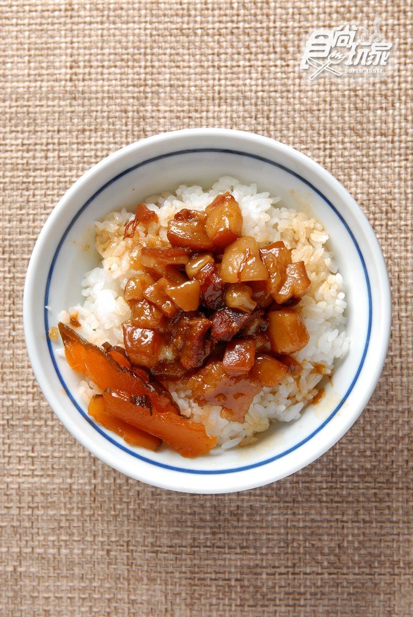 滷肉飯,堅持手切的黑豬肉需滷上12小時以上,搭配花蓮好米的口感,香甜味濃,美味可口