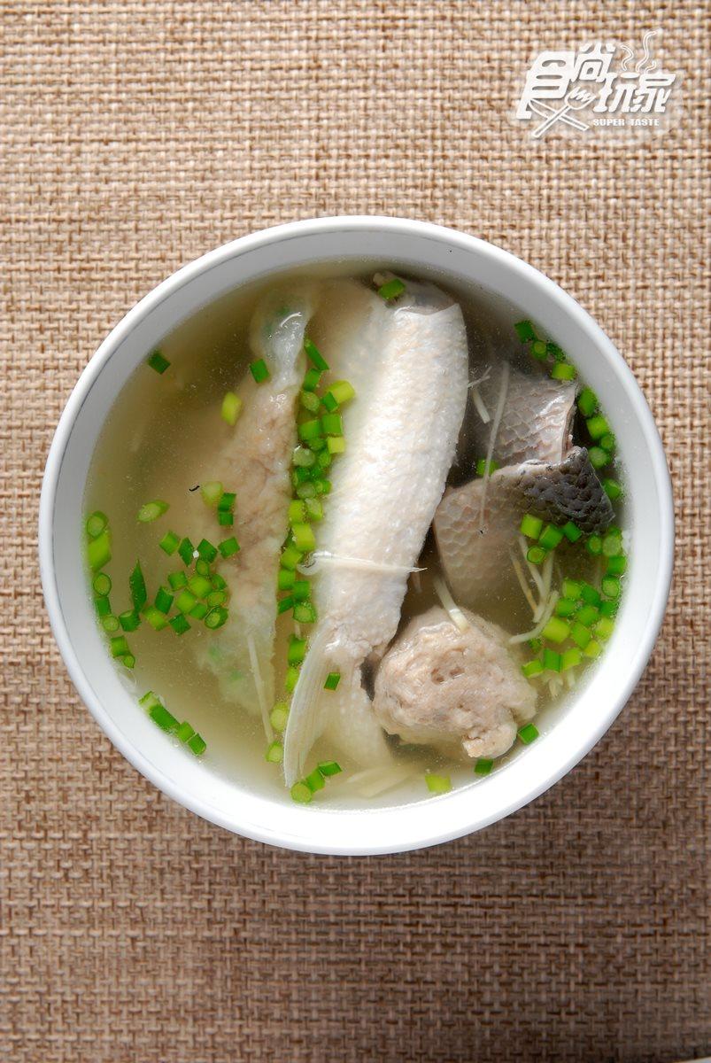綜合湯包括虱目魚丸、貢丸、蒸肉丸及虱目魚肚都是店家自行製作,湯頭則特別以魚骨及蔬菜熬出,新鮮美味