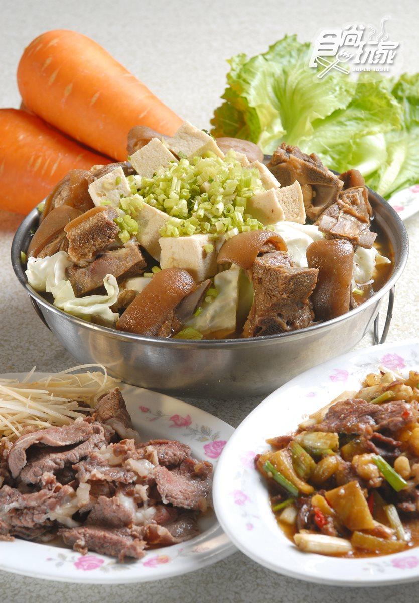 羊肉火鍋內含高麗菜、帶皮羊肉及豆腐