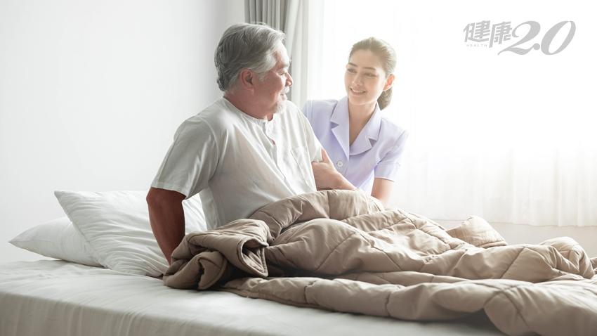 能坐就坐!長期臥床加速衰老,2招幫助長輩坐起來