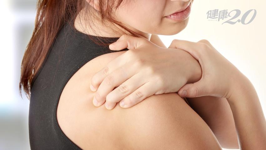 肩痛是哪裡出問題,高舉「凍蒜」手勢 秒解4大疾病
