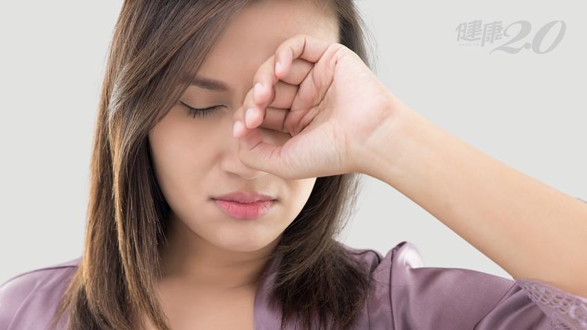眼睛老是有異物感又癢癢的?醫師:機車族和「這種人」一定要清潔眼皮