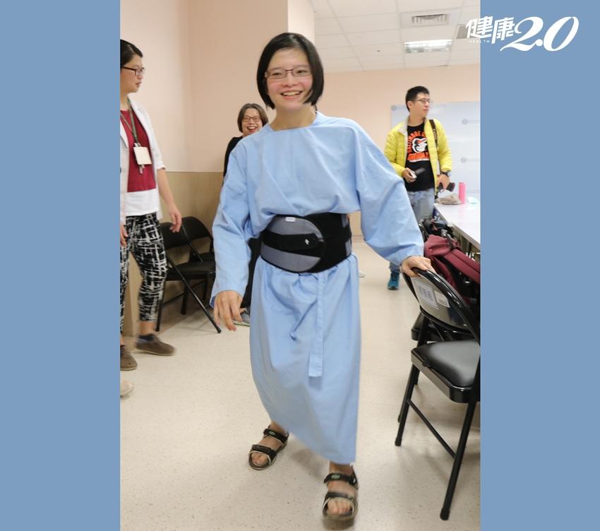 正妹20多年來大小便失禁、雙腳無力 上網求得良醫不再為病所苦