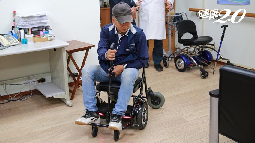 心疼病人行動受限…醫師研發可迴轉、可倒車的「智慧輪椅」