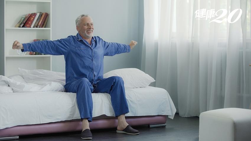 心臟名醫公開起床保命4守則:睡前準備兩件物品、離開被窩前這樣做