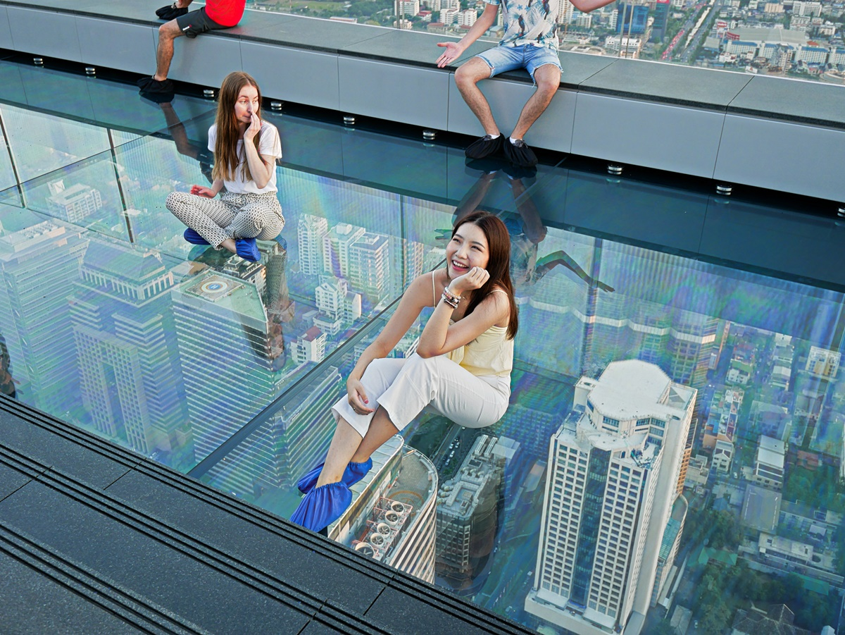 曼谷新地標!78樓「高空透明步道」腿軟拍網美照、360度賞無敵夜景