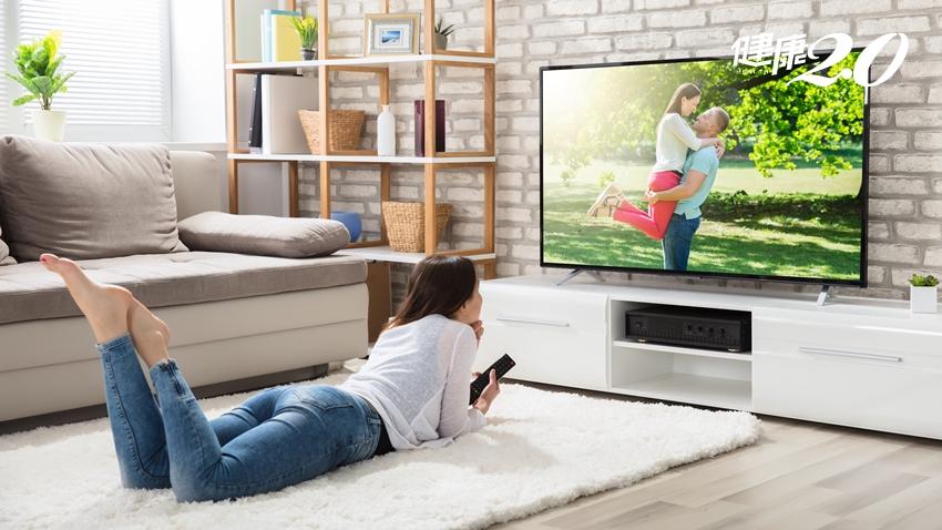 窩沙發看電視5大錯誤姿勢 復健科醫師教你一次改正!