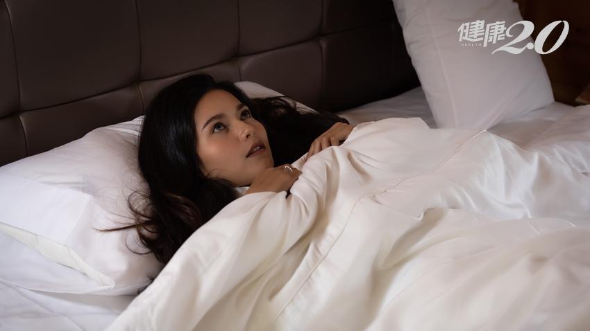 睡前都還在想著工作?心理師教你2分鐘幫大腦斷電、好好入睡