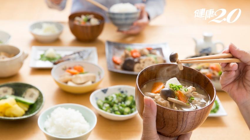 先吃飯還是先喝湯?醫師教你「吃對順序」好消化,腸胃不積毒