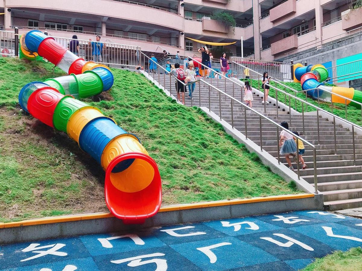 玩到小孩沒電!新北首座「彩虹溜滑梯樂園」15公尺螺旋溜滑梯免費玩