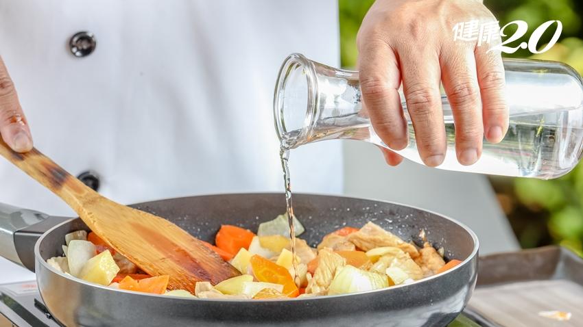 你會炒菜加水、買切好的蔬果?營養都沒了!主婦必學小技巧留住養分