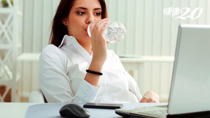 飲料喝一口放桌上,細菌量暴增8000倍!難怪總是拉肚子
