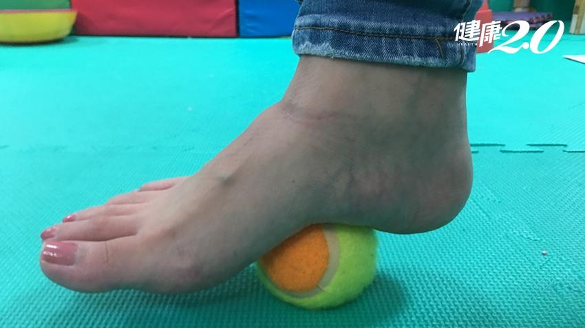 小心!穿夾腳拖最傷膝 達人傳授2招緩解足部痛