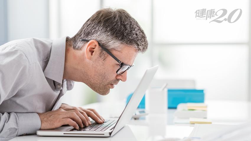 看電腦變瞇瞇眼?20歲後近視度數激增,恐是年輕型白內障