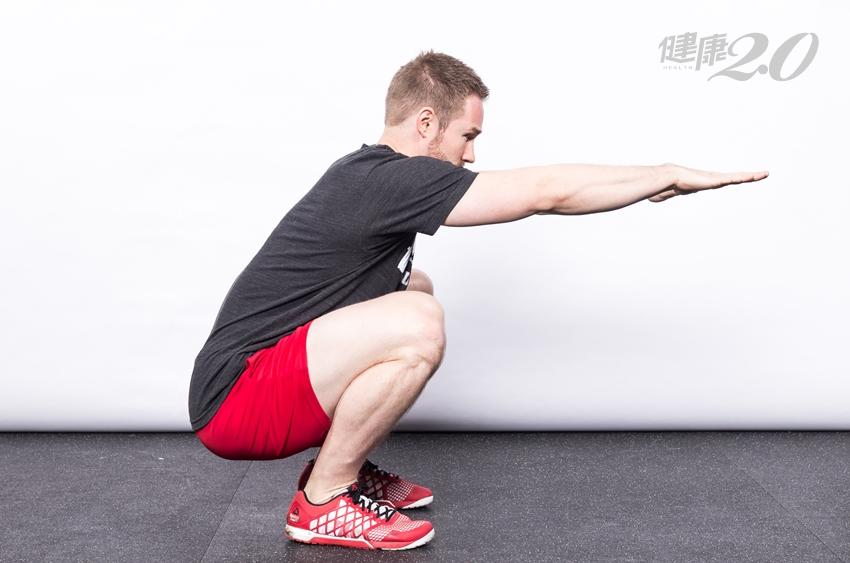 體能專家教你練對「深蹲」!增強下半身肌力,老了腿有力
