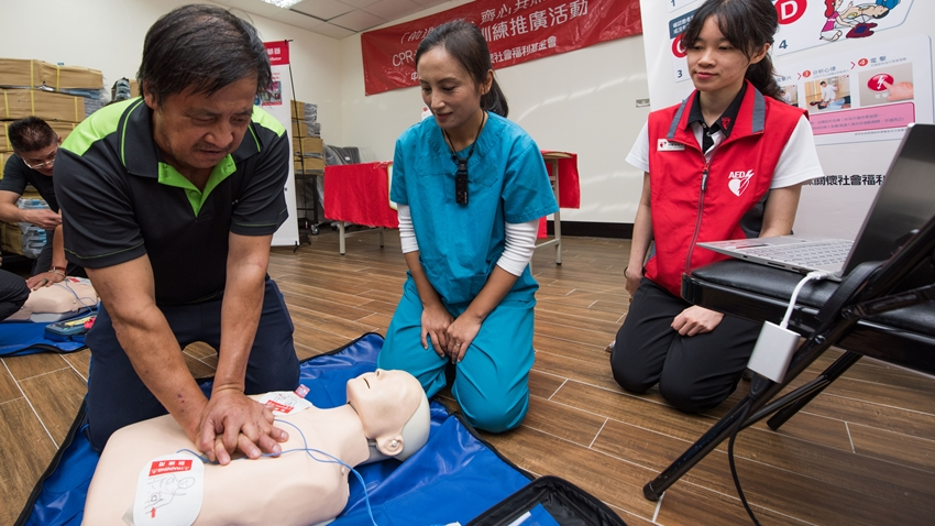 「有人倒下~你敢救嗎」!最強AED團隊攜手美女急診醫師,前進偏鄉教CPR