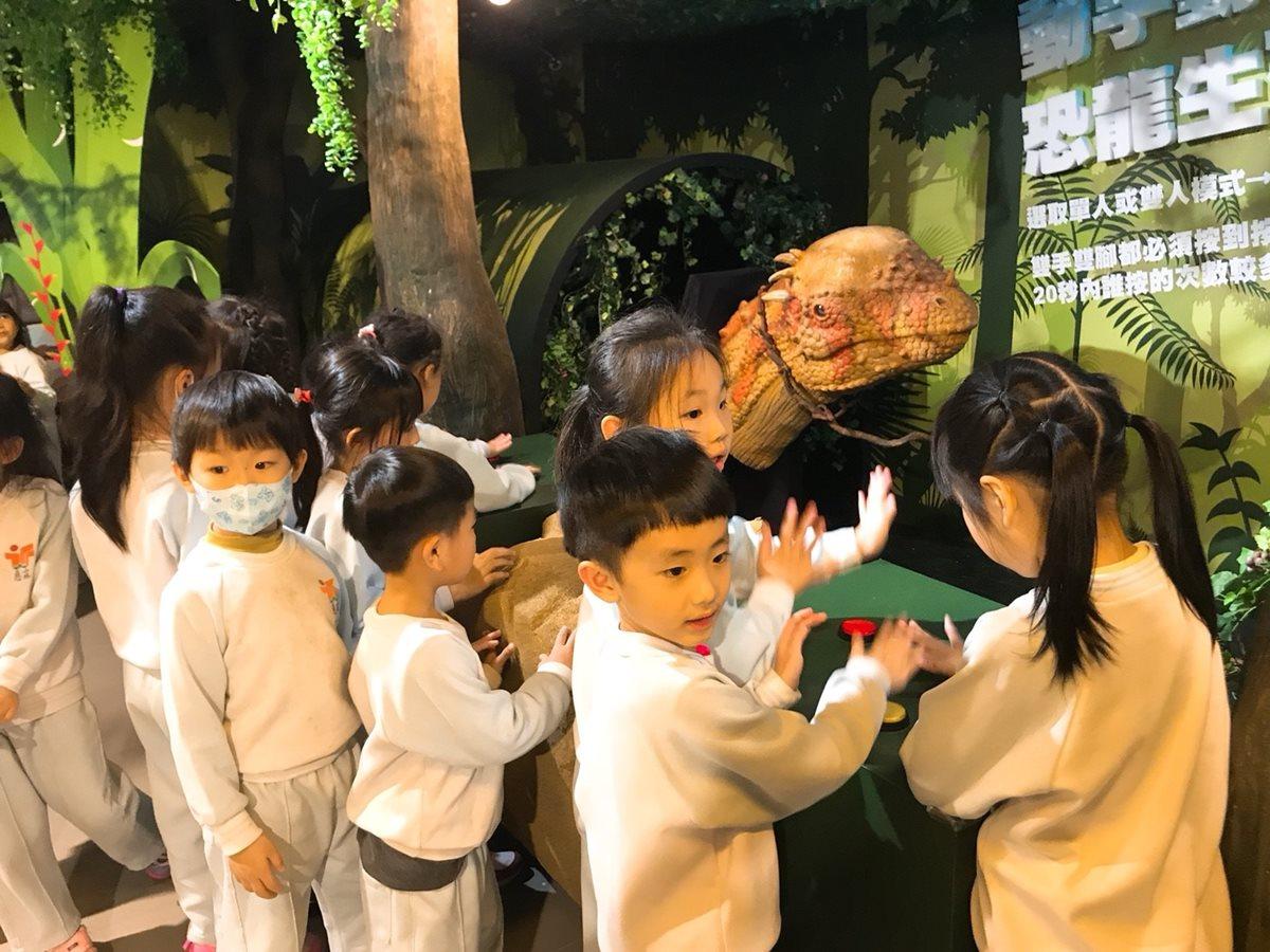 坐4公尺暴龍拍照!「恐龍大鬧兒童新樂園」特展,餵食恐龍玩闖關遊戲