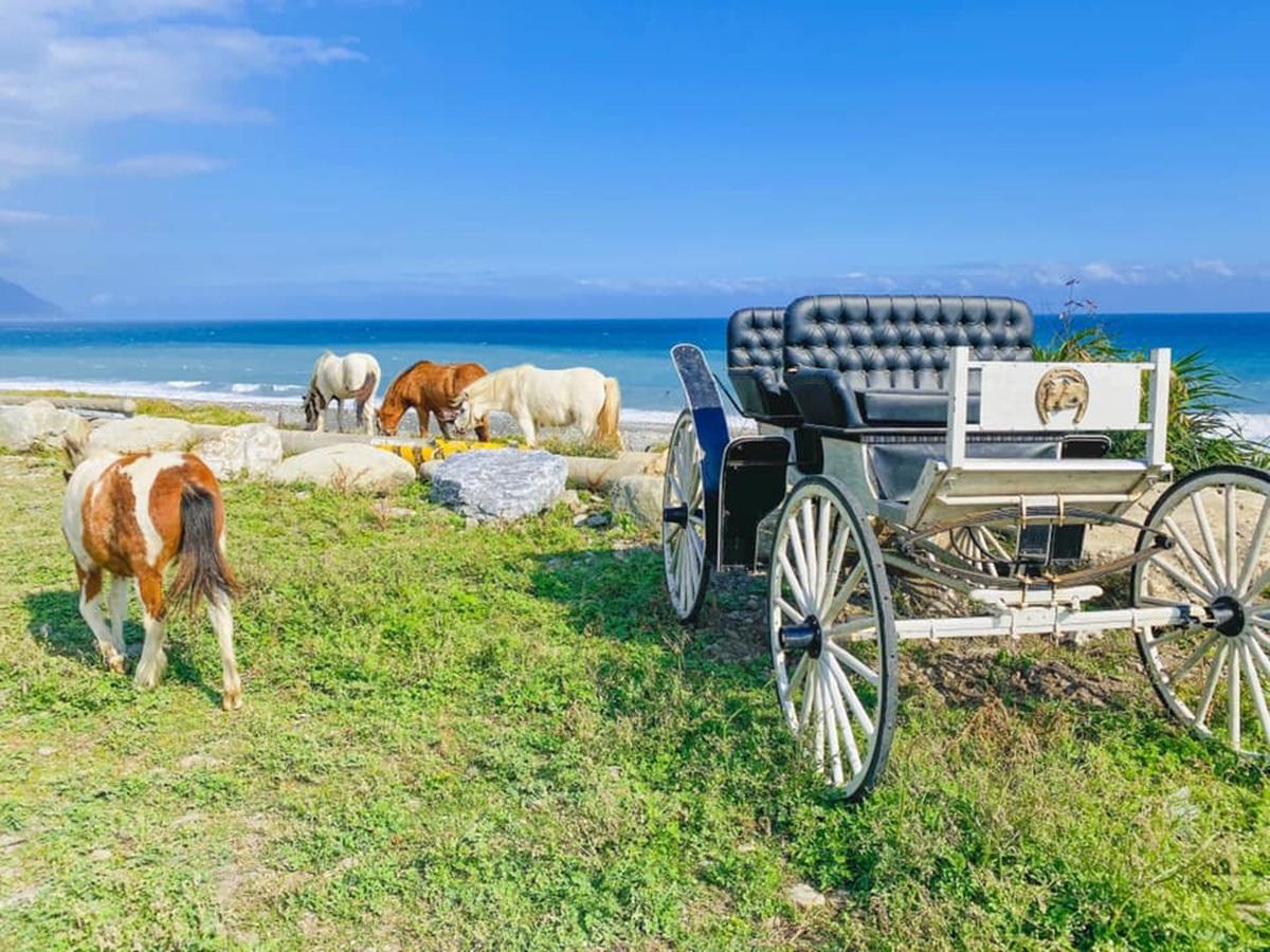 台版「美國村」1750元入住!無敵海景+純白露營車,還有馬群可拍