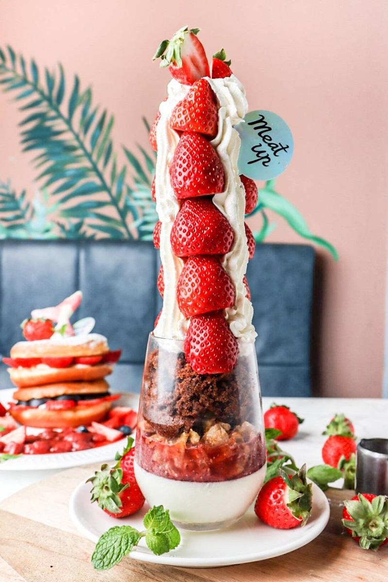 「莓好101」390元,多達16顆大草莓疊起來就像101般壯觀!