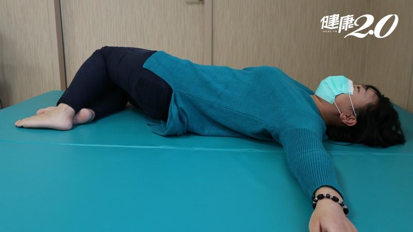 婦人腰痛站不直哀哀叫,竟是椎間盤突出 醫師教3招預防下背痛