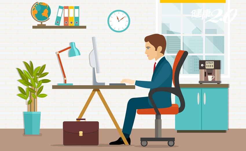 久坐害你變胖、肌少症上身!辦公室必備3招「腰臀腿」伸展操