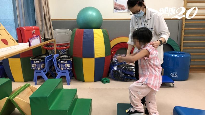 強!5歲女童病毒性腦炎昏迷 醫療團隊3個月讓她站起來