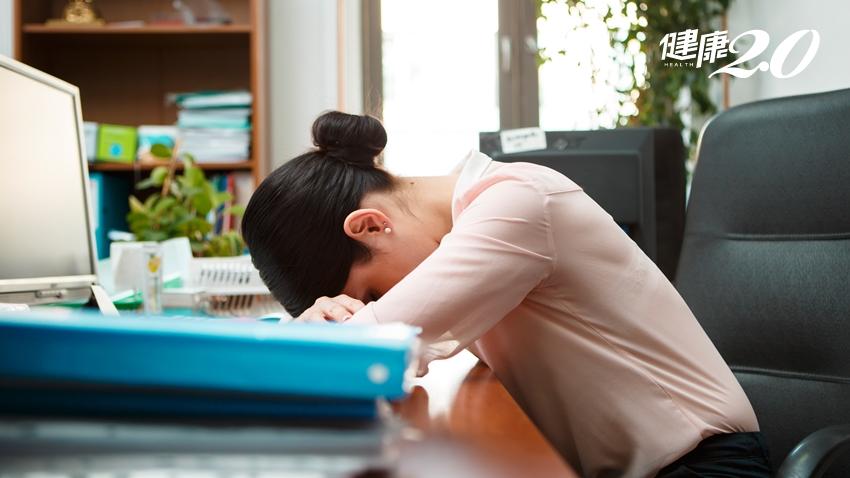 「吃完午飯後午睡」是大忌!上班族趴桌上睡覺 小心傷眼