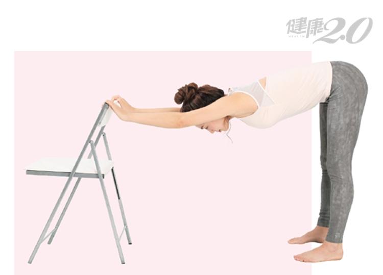 「下犬式」改善痠痛、消便祕,但姿勢很難?1招簡易版效果一樣