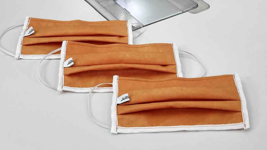 Lamborghini生產的口罩縫上了廠名標籤;我知你想要,不過,只捐當地醫院。(圖片來源/ Lamborghini) 面對疫情蠻牛有責 Lamborghini改產線做口罩