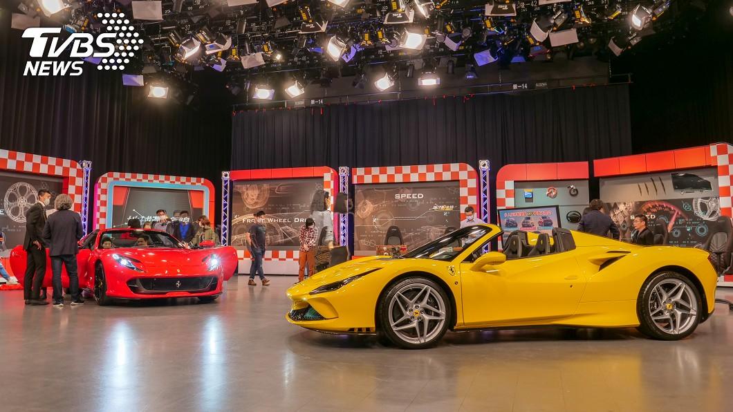 Ferrari F8 Spider與812 GTS兩款絕美敞篷超跑於《地球黃金線》攝影棚首度曝光。 法拉利同時發表雙敞跑 黃金線攝影棚首度曝光