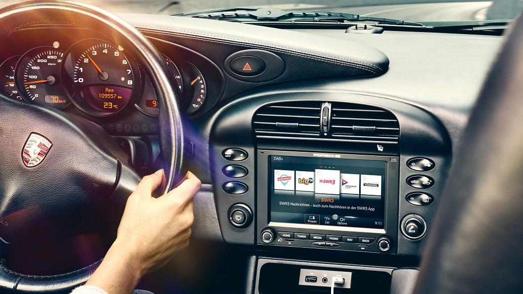 Porsche推出PCCM經典車通訊管理系統,讓經典車也能追上當前智慧生活潮流。(圖片來源/ Porsche)  老保也能啃蘋果 Porsche推老車影音升級
