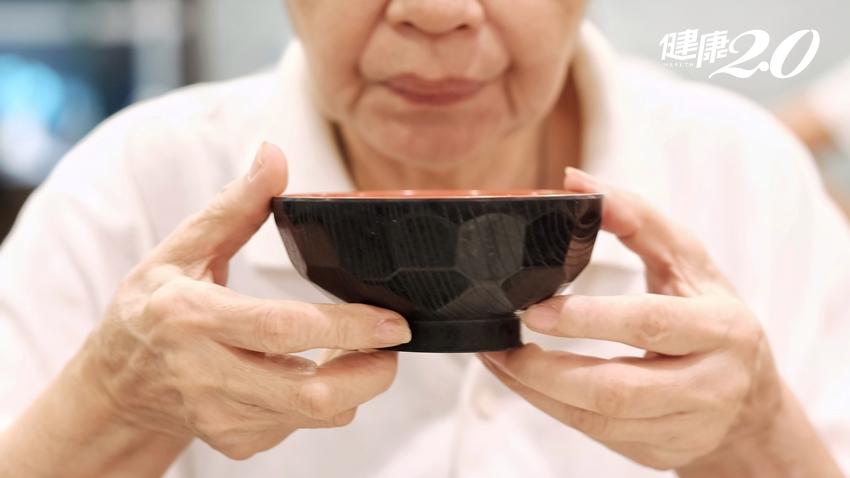 吞嚥困難5徵兆!老人家最怕吸入性肺炎,1個吃飯姿勢不怕誤嚥