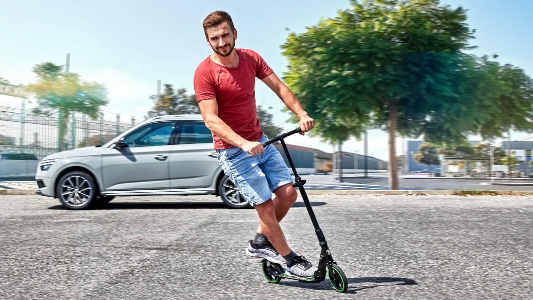 Škoda推出摺疊滑板車,讓移動更為靈活。(圖片來源/ Škoda) 4+2輪靈活輕鬆行 Škoda推摺疊滑板車