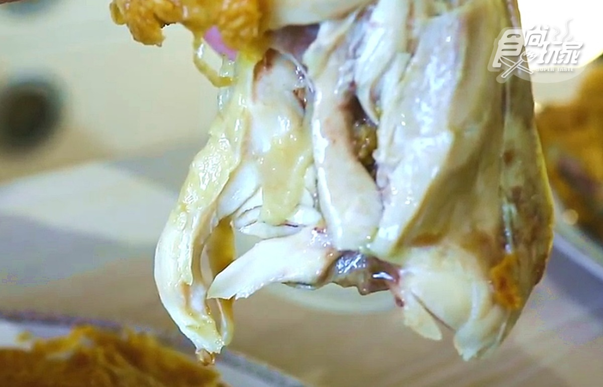 炸雞控嗨翻!全台最狂「整隻炸全雞」,在家爽扒「肉汁瀑布」氣炸鍋就能做