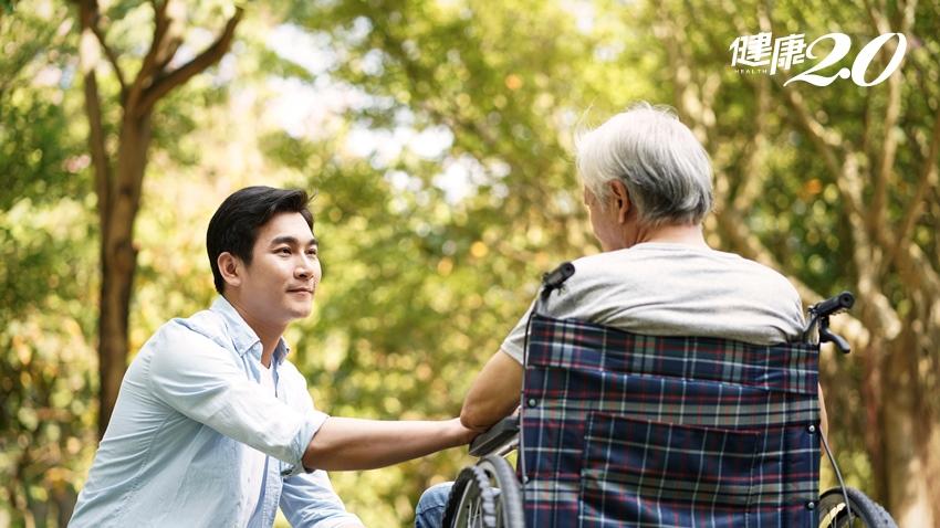 痛,還是不痛?名醫李偉文:帶長輩看病前先做好6件事
