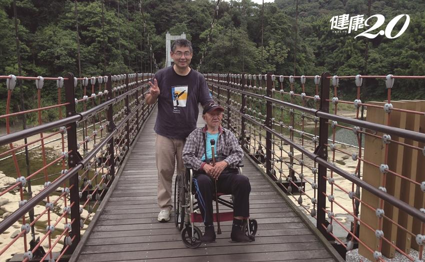 96歲不用坐輪椅、靠雙腳走透透!「2支健走杖」遠離肌少症、跌倒臥床