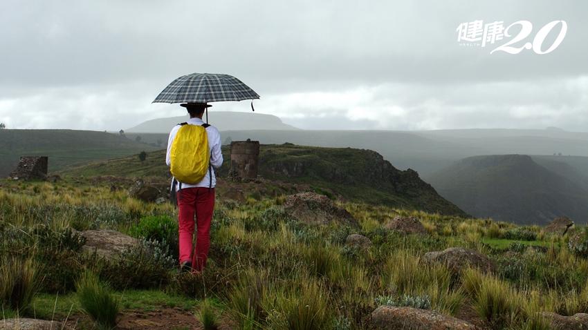 午後雷陣雨來襲,撐傘爬山超危險!1個動作預防雷擊能保命