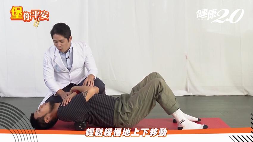 消滅痠痛!舒緩肩頸、蘿蔔腿這樣做,醫師:「按摩槍」不能打這個位置