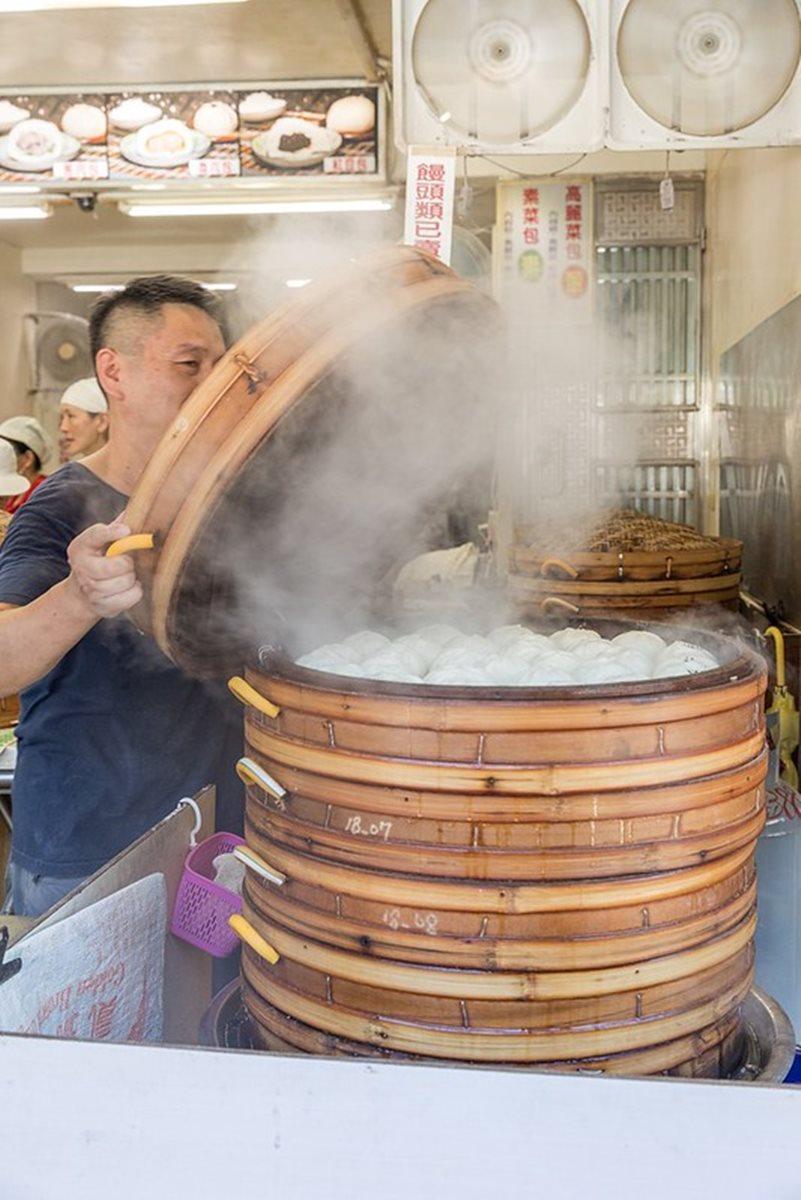 金山老街排隊肉包!現包現蒸飄香30年,還有隱藏版油飯晚來吃不到