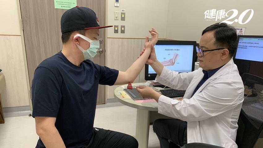 手肘又麻又痛、小指無力!肘隧道症候群除了撞到,趴睡、打電腦是常見原因