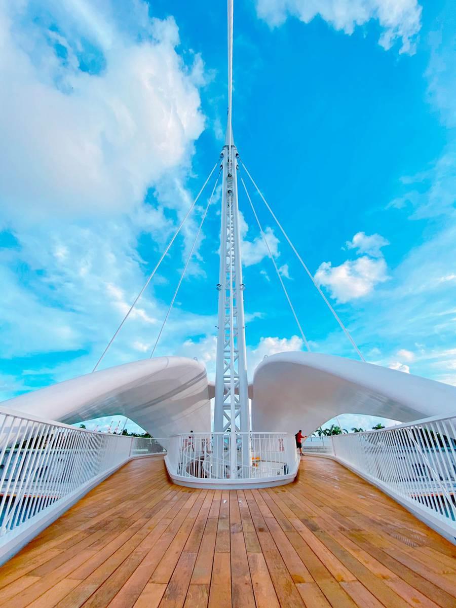 會旋轉的「大港橋」今天開放!高雄打卡新點,來拍亞洲最長跨港旋轉橋