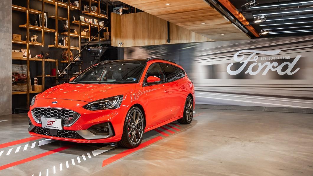 如果你是性能車迷,同時也是旅行車迷的話,那麼Ford Focus ST Wagon肯定能夠吸引你的目光。(圖片來源/ Ford) Focus ST Wagon預接單價出爐 142.8萬入主性能旅行車