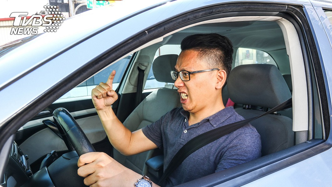 「路怒症」。最典型的症狀包含不斷按鳴喇叭、對前車打遠光燈、隨意變換車道、遇到交通衝突時謾罵對方等,都有可能造成行車糾紛。(圖片來源/ 地球黃金線) 開車容易情緒激動? 日本研究:「這類人」最容易有路怒症!