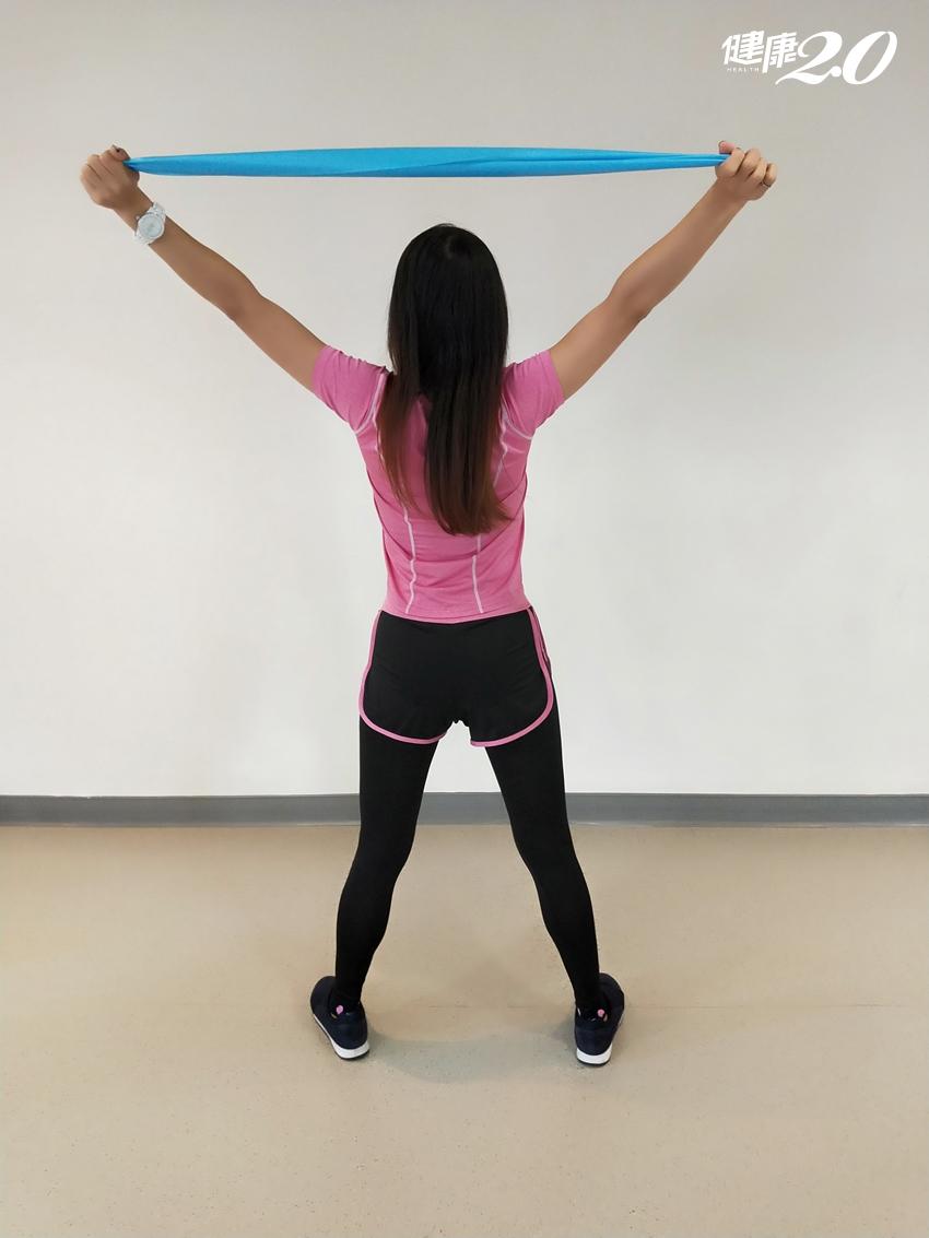 CP值最高運動!4個「彈力帶太極」雕塑手臂腰腹 預防五十肩、關節退化