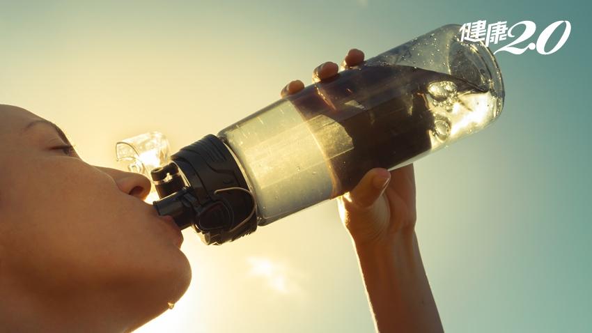 中暑時可以喝冰水、擦酒精?5個小方法速解暑熱,做錯小心二度傷害