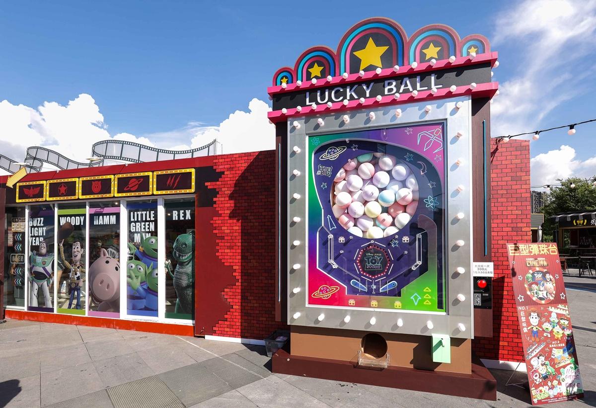 《玩具總動員》快閃台中!瘋玩「懷舊影院店」3大區:3公尺高彈珠檯扭蛋、印製獨家T恤